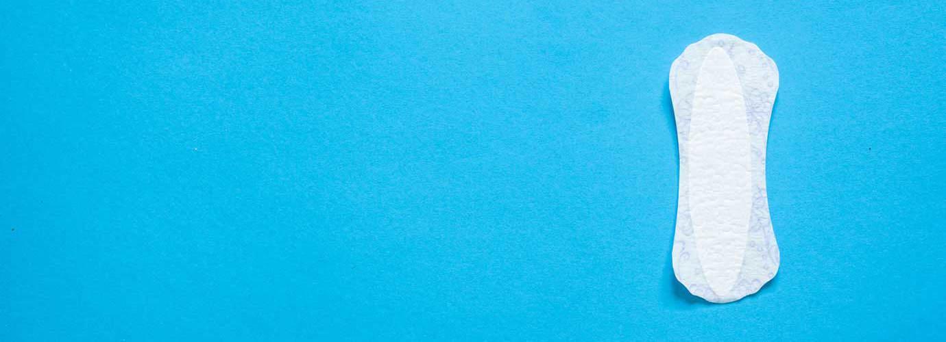 Een inlegkruisje voor vrouwelijke hygiëne op een blauwe achtergrond