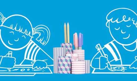 Geïllustreerde kinderen tekenen op papier aan een tafel met een zelfgemaakte potloodhouder tussen hen in